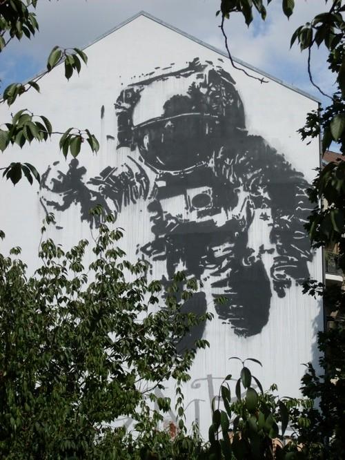 giant-astronaut