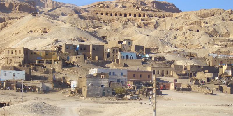 sat egiptean apropiat