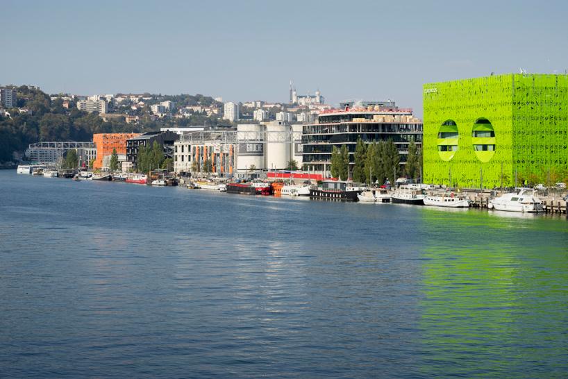 jakob-macfarlane-green-cube-euronews-headquarters-lyon-confluence-france-designboom-02